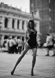 Sexy Black and White Photo of Model 👠 ❤ Dance Photography, Portrait Photography, Fashion Photography, Foto Glamour, Poses Photo, Foto Fashion, Style Fashion, Fashion Poses, Foto Pose