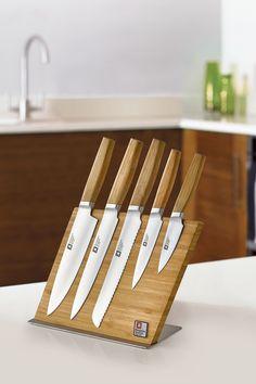De messen die op het magnetische messenblok hangen hebben handvaten die zijn gemaakt van bamboe, hierdoor trekt er geen vocht in het handvat en behoud je de kwaliteit van de messen. Magnetic Knife Strip, Sheffield, Knife Block, Products, Gadget