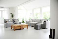 Lichte vloer grijze bank, kleur salontafels combineren