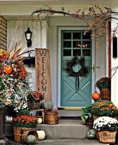Need some fall porch decorating ideas? Here are 15 fall porch decorating ideas that are sure to inspire your fall decor! Porche Halloween, Fall Halloween, Classy Halloween, Halloween Signs, Halloween Door, Scary Halloween, Autumn Decorating, Porch Decorating, Decorating Ideas