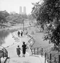 1952: Families walking along the path by a lake in Central Park. (Photo by Ernst Haas/Ernst Haas/Getty Images)