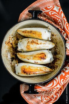 Calamars farcis à la Sétoise - Quatre Saisons Au Jardin Baked Mussels, Seafood Recipes, Cooking Recipes, Bean Burritos, Fish And Seafood, Hot Dog Buns, Tapas, Food And Drink, Yummy Food