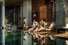 Woman relaxing by infinity pool at Four Seasons Shanghai Pudong Flare Spa Pool Shanghai Hotels, Hotel Gym, Pool Water Features, Luxury Pools, Spa Design, Dream Pools, Four Seasons Hotel, Cool Pools, Pool Designs