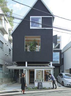 都市部の住宅地に立つ鉄骨造3階建ての事務所兼住宅だ。設計者が意図したのは近隣とのつながりを生み出すこと。街角のコーヒースタンドのような1階がその役目を担う。