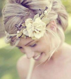 Blumenkränze für die Braut – Romantische Brautfrisuren mit Blumen [Fotos]