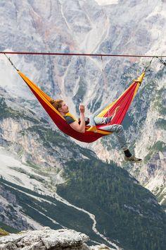 Highline Suspended Hammocks  C'est dans les Alpes Italiennes au Monte Piana durant le Highline festival que des aventuriers et athlètes ont expérimenté ces vertigineux hamacs : Des toiles suspendues en file indienne à plus de 2000 mètres de hauteur par une corde reliant les deux montagnes et supportant une vingtaine de personnes. Un projet à découvrir dans la suite.
