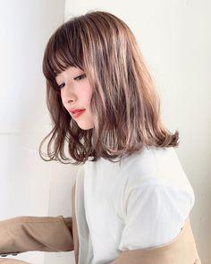 画像に含まれている可能性があるもの:1人以上、クローズアップ Medium Hair Cuts, Medium Hair Styles, Short Hair Styles, Hair Reference, Love Hair, Cut And Style, Brown Hair, Hair Color, Make Up