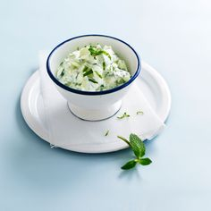 Découvrez la recette de la salade de concombre au yaourt Summer Salads, Feta, Cucumber, Tea Cups, Food And Drink, Soup, Healthy Recipes, Healthy Food, Favorite Recipes