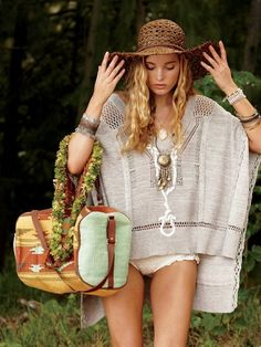 now that's a poncho i would wear..plus that bag, um yes please.