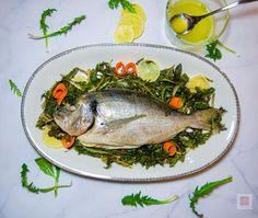 """Γρήγορο, υγιεινό, ζουμερό ολόκληρο ψάρι με χόρτα στη λαδόκολλα, ψητό στο φούρνο. Συνταγή 2 σε 1, με τον συνδυασμό """"σημαία"""" της ελληνικής κουζίνας, στην καλύτερη, εύκολη εκτέλεση. Turkey, Fish, Meat, Turkey Country, Pisces"""