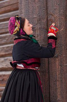 another beautiful example of Swedish folk art dress Scandinavian Folk Art, Beauty Around The World, Folk Dance, Folk Embroidery, Folk Fashion, Folk Costume, Fashion History, Traditional Dresses, Norway