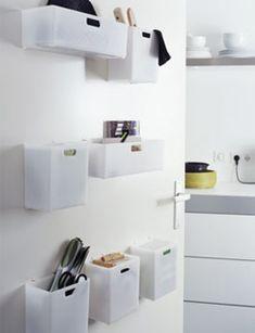 Omdat elke opbergplek in de keuken welkom is: monteer opbergvakjes op de deur en je hebt er weer wat plek bij. Staat nog leuk ook.  101woonideeen.nl/zelfmaken/opbergplek-op-de-deur.html