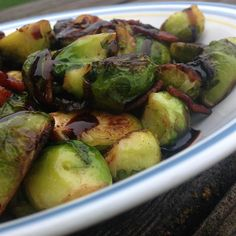 Brussels Sprouts with Bacon and Balsamic Balsamic Glaze Recipes, Balsamic Chicken Recipes, Sprout Recipes, Vegetable Recipes, Vegetarian Recipes, Vegetable Dish, Delicious Recipes, Balsamic Onions, Quick Side Dishes