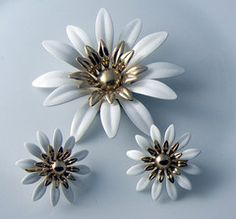 """Vintage Sarah Coventry White Daisy and Gold Tone Demi Parure. Measures 3"""" in diameter and the earrings measure approx. 1 1/4"""" in diameter."""