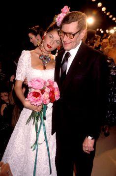 Laetitia Casta et Yves Saint Laurent en 2000 http://www.vogue.fr/mode/cover-girls/diaporama/les-plus-beaux-looks-de-podium-de-laetitia-casta/7839/image/518485#10