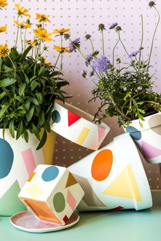 Summers in full swing which means out summer decor it too! Make these colorful summer pots to put all of your lovely summer plants in! Paint Garden Pots, Painted Plant Pots, Painted Flower Pots, Advent Calendars For Kids, Pottery Painting Designs, Fleurs Diy, Diy Upcycling, Deco Boheme, Diy Décoration