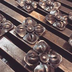 Сталь#ковка#работа#металл#деталь#steel#forging#work#metal Decorative Metal, Acanthus, Blacksmithing, Rosettes, Metal Working, Instagram, Flowers, Modeling, Iron