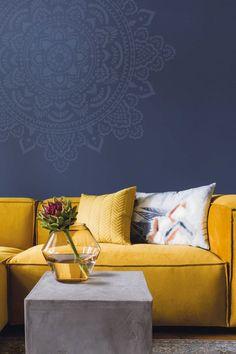 Blauw en wit op wanden. Geel en rood in accessoires. histor-climax-mandala Cool Furniture, Furniture Design, Goa, Living Spaces, Living Room, Décor Boho, Ibiza, Wall Colors, Colorful Interiors