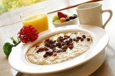 Проснись и съешь!  Правило «завтрак съешь сам» каждый воспринимает по-своему. Некоторые считают, что есть с утра нужно много и калорийно, других такая установка откровенно раздражает (как есть, если с утра отсутствует аппетит?). Чтобы правильно подзарядить «батарейки», выберите утверждение, которое наиболее вам близко, и, руководствуясь нашими советами, завтракайте на здоровье.    «С утра не могу заставить себя что-то съесть!»«Поешьте позже — на работе или в университете, когда по…