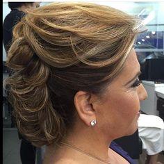 Veja dicas de penteados para mãe da noiva. Saiba como ficar linda neste dia com penteados para mãe da noiva que estão em alta nos salões e cerimônias.