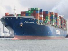 www.cargocruises.nl: vaar met een containerschip mee naar zo'n 300 havens overal ter wereld.