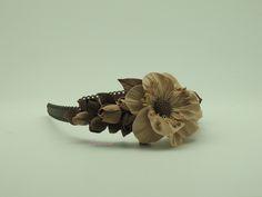 """Белоснежный ободок с изысканными розами прекрасно дополнит и преобразит Ваш образ своей нежностью и максимально реалистичным сходством с живыми цветами. Так же не требует """"повода"""", необходимого  что бы остановиться на выборе именно этого аксессуара.            Материал изготовления : Глина Deko;       - Цветы выглядят как настоящие цветы ;  - Цвет останется ярким все время пользования;"""
