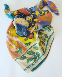 Guarda questo articolo nel mio negozio Etsy https://www.etsy.com/it/listing/398522859/foulard-vintage-in-pura-seta-firmato