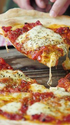 Pizza Napolitana Fácil y deliciosa, una buena pizza Casera no se le niega nadie. ¿A quién se la prepararías? Pizza Napolitana Fácil y deliciosa, una buena pizza Casera no se le niega nadie. ¿A quién se la prepararías? Neapolitanische Pizza, Good Pizza, Pizza Food, Thin Crust Pizza, Healthy Pizza Recipes, Appetizer Recipes, Cooking Recipes, Best Homemade Pizza, Veggie Food