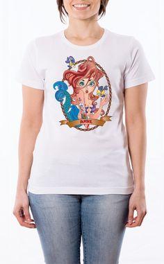 T-Shirt donna con frase: Principesse Tatuate - Ariel La Sirenetta. Maglietta bianca con stampa digitale diretta, grafica stampa quadricromia