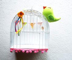 Gaiola de ferro pintadas de varias cores com passarinhos de tecido...