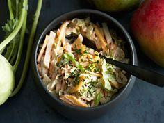 Kotimaiset kaalit ja kaukomaiden mango liittoutuvat sopuisasti salaattikulhossa. Maut sitoo yhteen cyrrytahnalla maustettu kermaviilikastike. Mango, Potato Salad, Cabbage, Potatoes, Chicken, Meat, Vegetables, Ethnic Recipes, Food