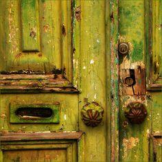 Green Door Knobs and Mail Slot Les Doors, Windows And Doors, Knobs And Knockers, Door Knobs, Door Handles, Couleur Chartreuse, Chartreuse Decor, Doorway, Stairways