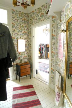 Nya läggan i Gröndal del nummer tre: Hallen! Cosy Corner, Inspirational Wallpapers, Eclectic Decor, Sweet Home, Interior Decorating, New Homes, House Design, Indoor, Furniture