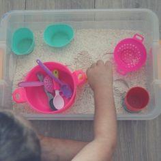Caixa sensorial da semana. Algo super simples de fazer. Uma caixa com farinha e itens de brincar de comidinha. Pronto alegria feita.  Fazia tempo que eu não fazia caixa sensorial para a Isabela mas ela adora e ficou quase duas horas em função dessa caixa primeiro ficou brincando só com o farinha criando morros mexendo... e depois utilizou os itens de cozinha de brinquedo com a farinha.  #dicademãe #caixasensorial #maternidade #diademãe #brincadeiradecriança #brinquedodecriança #filhos