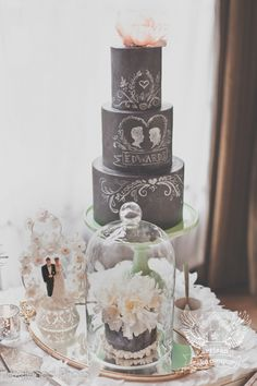 chalkboard wedding cake (photo: hazelwood photo, cake: artisan cake company) - love the idea of the bride and groom topper down below and a special piece under glass! Chalkboard Wedding, Chalkboard Cake, Gorgeous Cakes, Pretty Cakes, Cute Cakes, Amazing Cakes, Black And White Wedding Cake, White Wedding Cakes, Cake Wedding