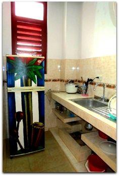 Detalle del interior del apartamento. Cocina. Table, Furniture, Home Decor, Apartments, Flats, Shared Bathroom, Apartment Kitchen, Beds, Interiors