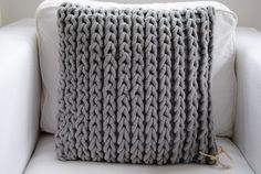 Love this pillow! I'd need a huge needle and some chunky-ass yarn.