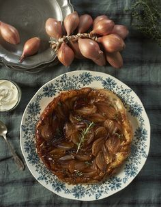 Tatin d'échalotes aux herbes pour 4 personnes - Recettes Elle à Table Wontons, Appetizer Recipes, Appetizers, French Food, Vegan Gluten Free, Entrees, Food To Make, Brunch, Food And Drink