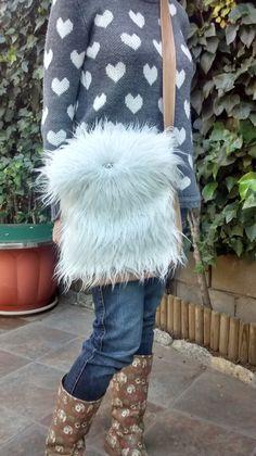 Bolso de pelo sintético blanco y polipiel hecho a mano