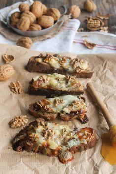 Tartines chèvre, miel et noix - Ingrédients : 4 tranches de pain, 1/2 buche de chèvre Saint-Maures, 4 cuillères à café de miel, 8/10 noix, du poivre...