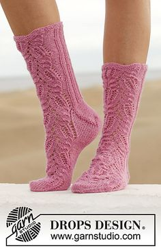 """Think Pink - Knitted DROPS socks with lace pattern in """"Fabel"""". Size - Free pattern by DROPS Design Crochet Socks Pattern, Knitting Patterns Free, Knit Crochet, Free Pattern, Crochet Patterns, Free Knitting, Knit Mittens, Knitting Socks, Lace Socks"""