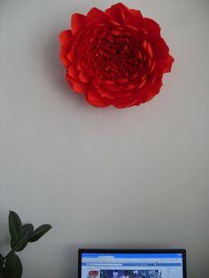 Papírový květ na stěnu, místo obrazu.