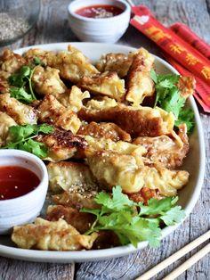 Gyoza (dumplings) med svinekjøtt og scampi er ikke vanskelig å lage! Lag mange når du først er i gang (de kan fryses). Wontons, Scampi, Tex Mex, Dumplings, Chicken Wings, Food To Make, Food And Drink, Pasta, Foods