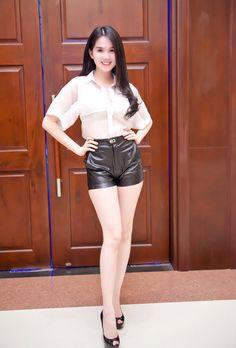 Ngọc Trinh mặc quần short siêu ngắn - 1