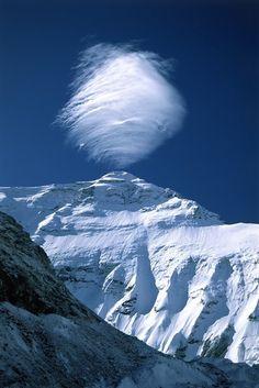 Nuvem sobre uma montanha nevada...