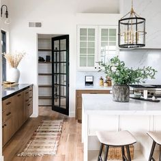 modern farmhouse kitchen design with rustic kitchen cabients and white kitchen i. modern farmhouse kitchen design with rustic kitchen cabients and white kitchen island with quartz counters and walk in pantry, neutral rustic kitchen design apartment Home Kitchens, Kitchen Remodel, Sweet Home, Farmhouse Kitchen Design, White Kitchen Island, Rustic Kitchen Design, Home Decor, House Interior, Modern Farmhouse Kitchens