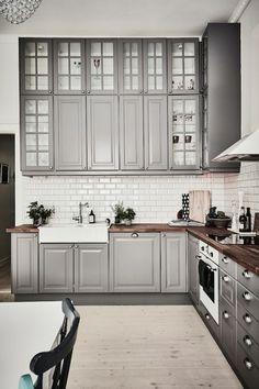 L-förmige Küche mit BODBYN Fronten und Vitrinentüren in Grau | Ikea ...