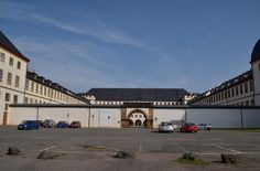 Friedenstein, schon der Name klingt sehr friedlich. Als der Bau des Schlosses 1643 begann, war der Dreißigjährige Krieg in Deutschland noch in vollem Gange. Herzog Ernst I. von Sachsen-Gotha, der der ernestinischen Linie der Wettiner abstammte, ließ das Schloss im barocken Stil als vierflügelige Anlage erbauen. Der vierte Flügel, an der Südseite gelegen, wurde jedoch Ende des 18. Jahrhunderts ... Germany Castles, Herzog, Louvre, Building, Travel, Thirty Years' War, Gotha, Line, Viajes
