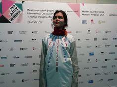"""Paloma Dawkins wore FEODORA.Moscow at ART-WERK FORUM 2019. Майка белая с красным воротом и принтом """"Быть или не Быть"""""""