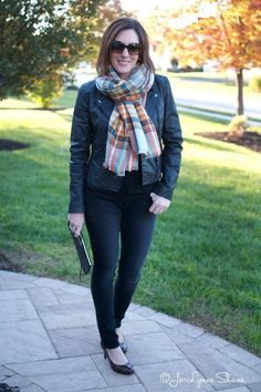 3 Easy Ways to Tie a Blanket Scarf Click through for my step by step tutorial on how to Tie A Blanket Scarf! Perfect look for the Fall/Winter months.